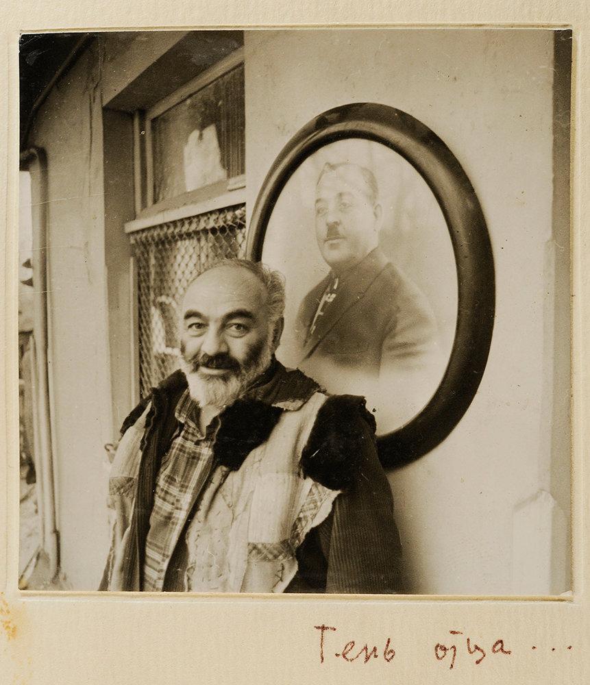 Сергей Параджанов на фоне портрета своего отца