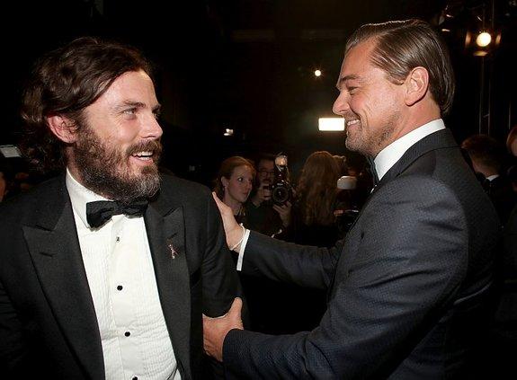 Леонардо ДиКаприо поздравляет Кейси Аффлека / Фото: Getty Images