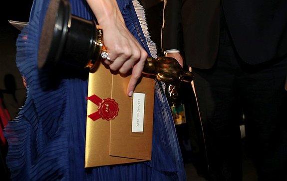 Бри Ларсон держит 200-долларовый конверт и4-килограммовый «Оскар»