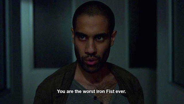 Этот скриншот отражает отношение критиков ксериалу «Железный Кулак». Надпись: «Ты— худший Железный Кулак».