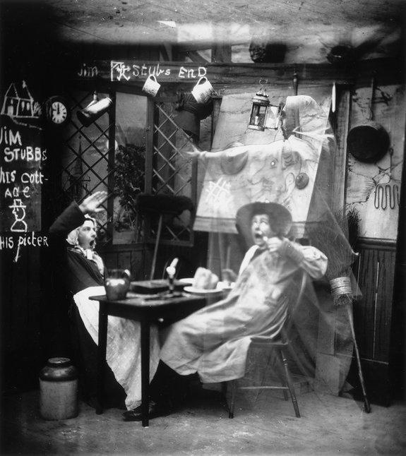 Фотография 1865 года, созданное с использованием эффекта «Призрака Пеппера»: привидение пугает обедающую пару / Фото: Getty Images