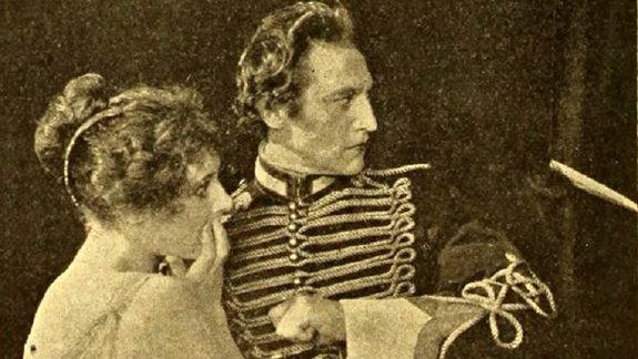 Нелл Шипман (слева)