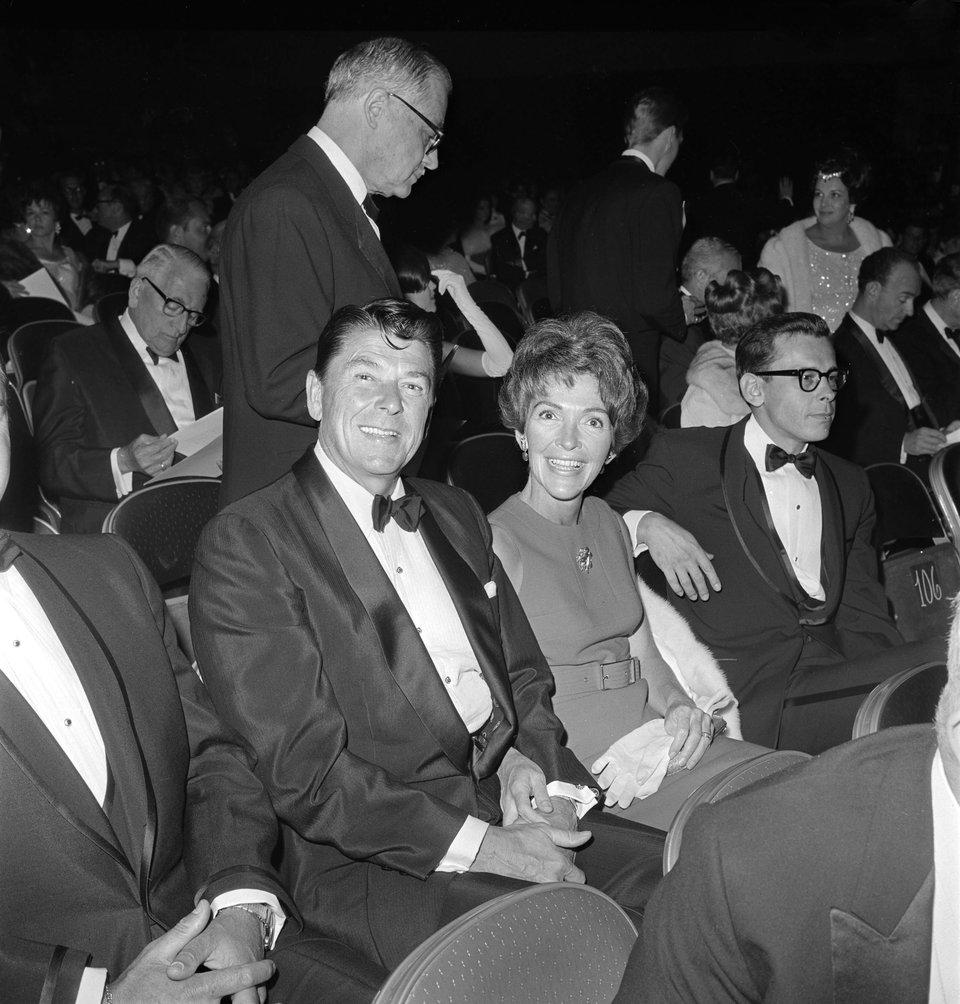 Губернатор Калифорнии Рональд Рейган и его супруга Нэнси на церемонии вручения «Оскаров» в 1967 году