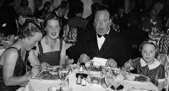 Альфред Хичкок вНью-Йорке вавгусте 1937 года сженой Альмой, ассистенткой Джоан Харрисон идочерью Патрицией.