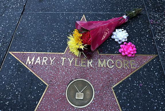Звезда Мэри Тайлер Мур на «Аллее славы» / Фото: Getty Images