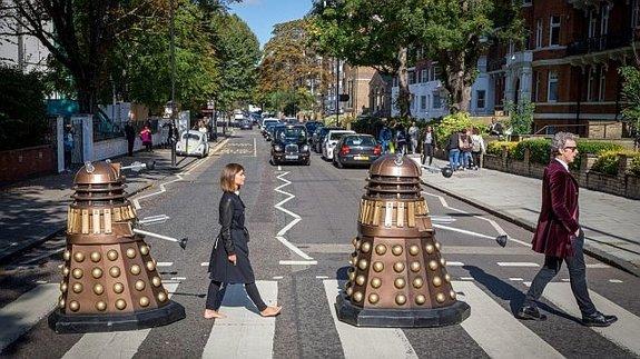 Далеки, Доктор и Клара Освальд (Дженна Коулман)  пародируют The Beatles
