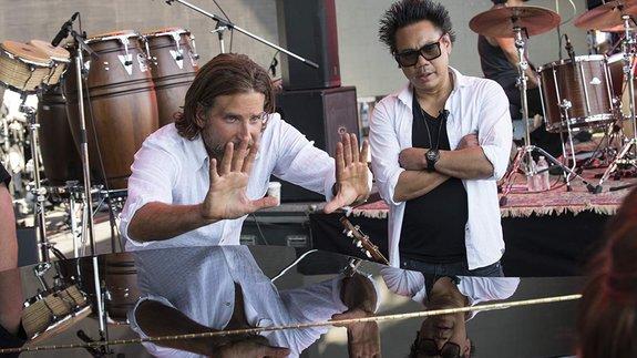 Брэдли Купер и оператор Мэттью Либатик на съемках фильма «Звезда родилась»