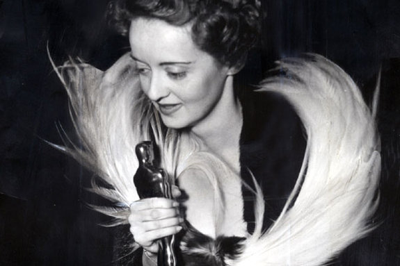 Бетт Дэвис со своим «Оскаром» за фильм «Иезавель», 1939 год
