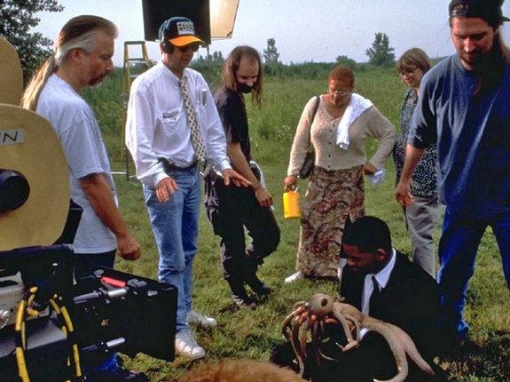 Стивен Спилберг (второй слева) на съемочной площадке фильма «Люди в черном»