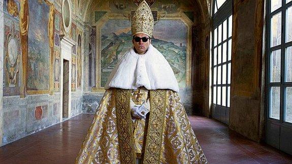 Джуд Лоу в образе понтифика-революционера