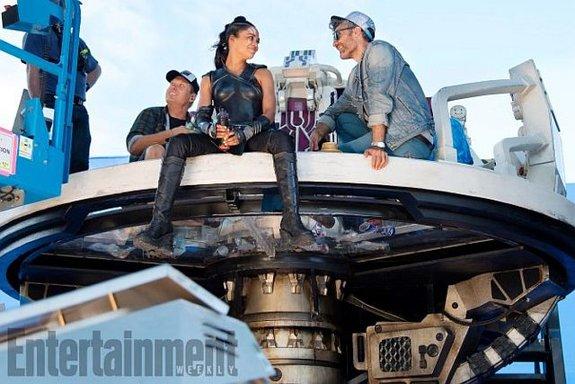 Тесса Томпсон и Тайка Вайтити на съемках / Фото: Entertainment Weekly