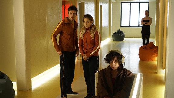 Легион, его девушка Сидни (Рэйчел Келлер) и подруга Ленни Баскер (Обри Плаза)