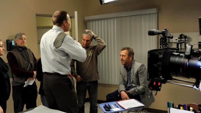 Дэвид Шор, Джеймс ЛеГрос и Хью Лори на съемках сериала «Доктор Хаус»