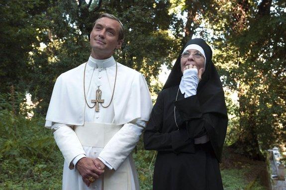 Джуд Лоу и Дайан Китон в сериале «Молодой Папа»