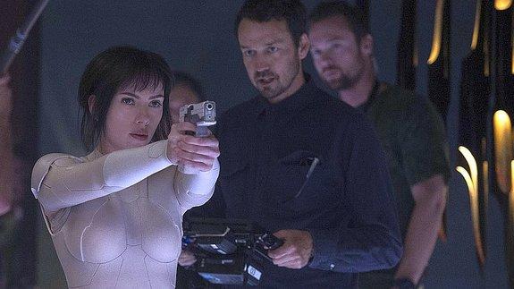 Скарлетт Йоханссон ирежиссер Руперт Сандерс насъемках фильма «Призрак вдоспехах»