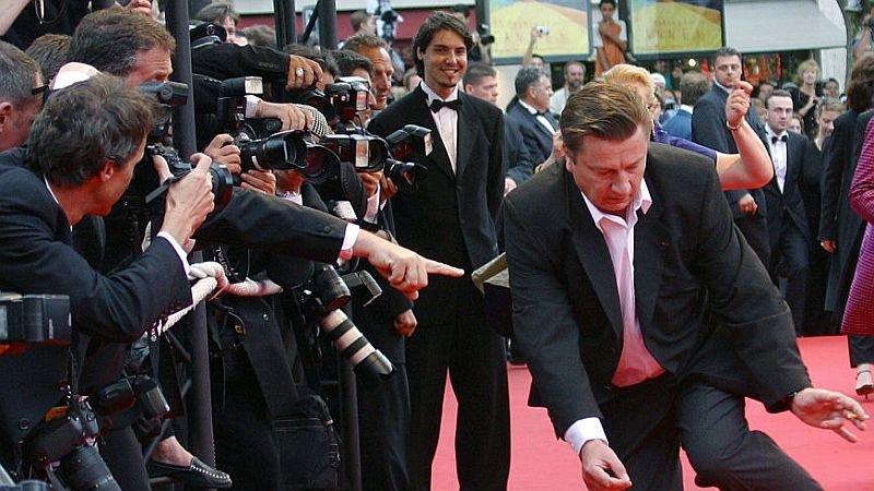 Каурисмяки танцует на красной дорожке перед премьерой фильма «Человек без прошлого» в Каннах / Фото: Getty Images