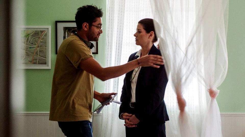 Аниш Чаганти и Дебра Мессинг на съемках «Поиска»