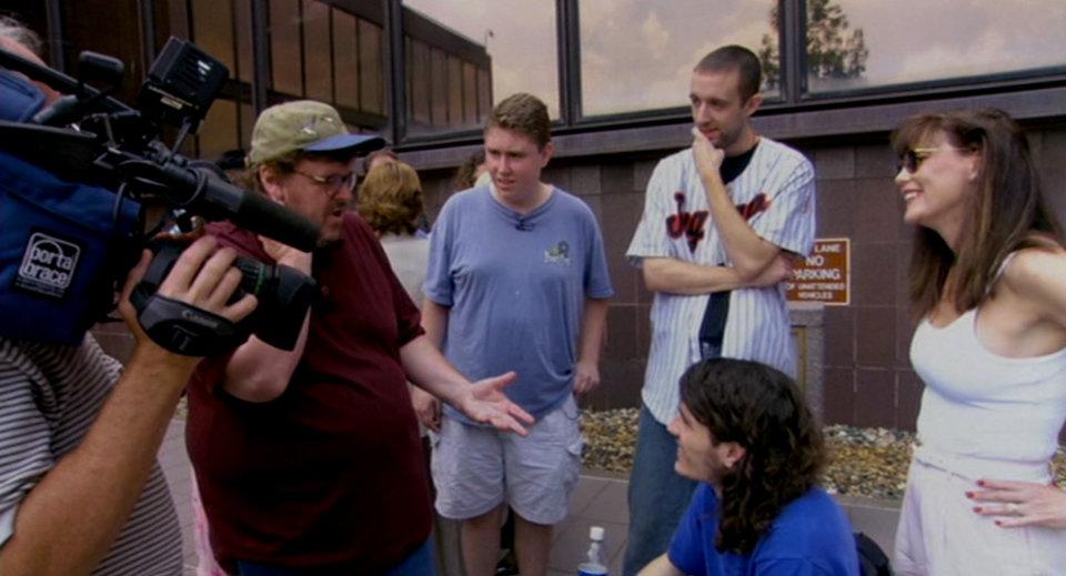 Кадр из фильма Майкла Мура «Боулинг для Колумбины»