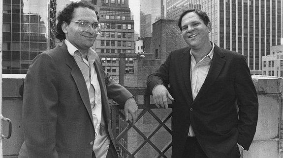 Боб и Харви Вайнштейны на крыше дома, где располагается офис компании Miramax, 1989 год / Фото: Getty Images
