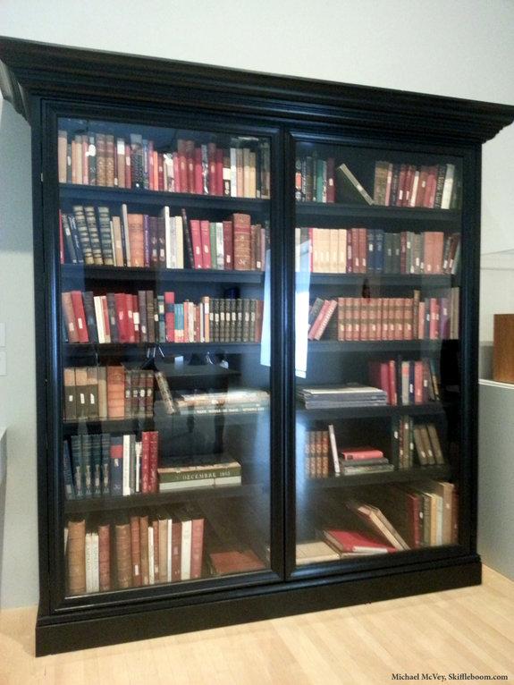 Книжный шкаф Кубрика с подборкой литературы о Наполеоне / Фото: skiffleboom.com