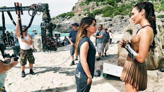 Пэтти Дженкинс и Галь Гадот на съемках фильма «Чудо-женщина»