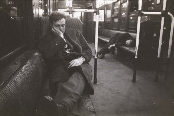 Life and Love on the New York City Subway. Men sleeping in a subway car, 1946 / Фото: mcnyblog.files.wordpress.com