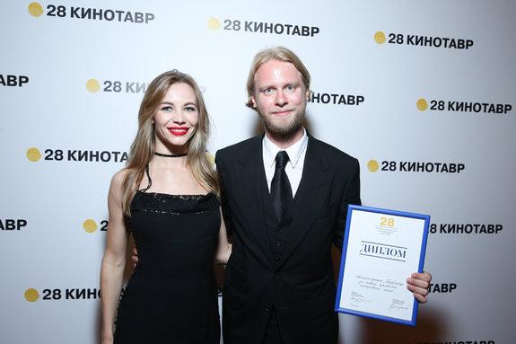 Актриса Светлана Устинова и продюсер Илья Стюарт («Блокбастер») со специальным дипломом жюри «За новый уровень жанрового кино» / Пресс-служба фестиваля «Кинотавр»