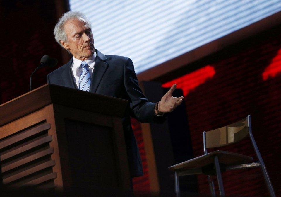 Клинт Иствуд разговаривает со стулом, на котором сидит воображаемый президент США