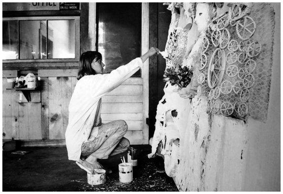 Niki de Saint Phalle (kneeling), 1963 / Фото: pleasurephoto.wordpress.com