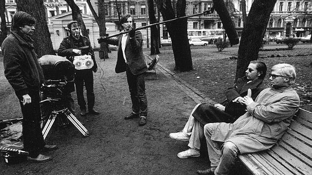 Аки Каурисмяки держит микрофон на съемках фильма «Союз Каламари», 1984
