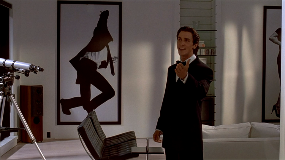 Фоторабота Роберта Лонго на стене у Патрика Бэйтмена («Американский психопат»)