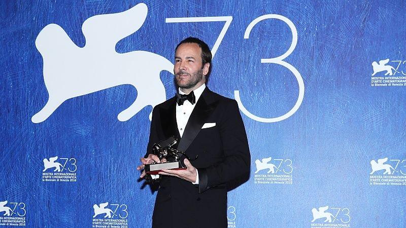 Том Форд c призом Венецианского фестиваля / Фото: Getty Images