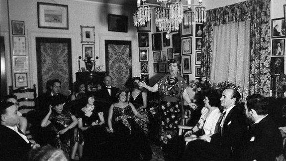 Флоренс Фостер Дженкинс выступает перед гостями у себя дома, 1937 год