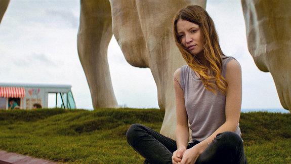 Эмили Браунинг в роли Лоры Мун / Фото: FremantleMedia North America
