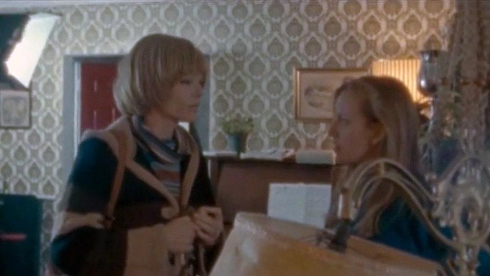 Сара Полли дает указания актрисе, играющей ее мать