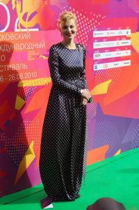 Рената Литвинова в платье Terexov, туфлях Maison Martin Margiela, часах Rado и украшениях Carrera y Carrera