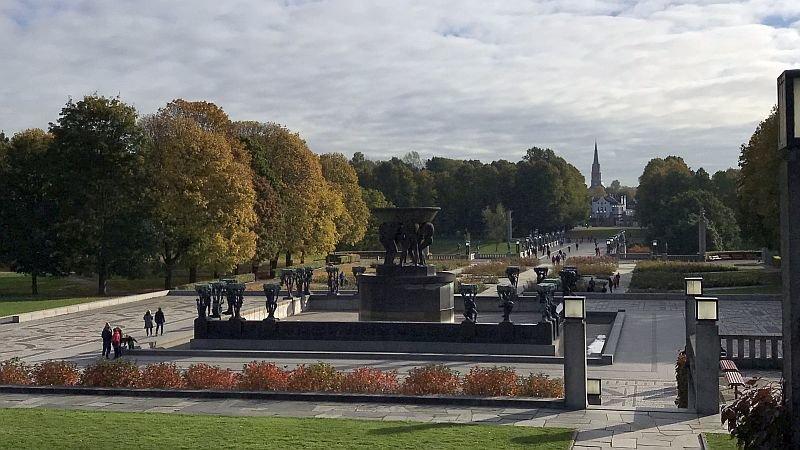 Вид на фонтан и мост со скульптурами в Вигеланд-парке / Фото: КиноПоиск