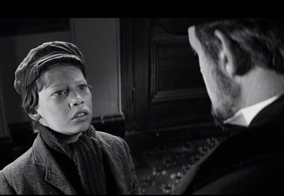 Декстер Флетчер в фильме «Человек-слон» (1980).