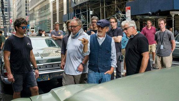 Стивен Спилберг на съемках фильма «Секретное досье»