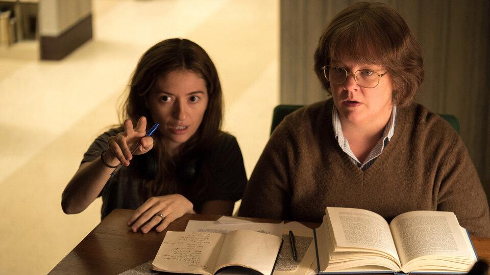Мариэль Хеллер и Мелисса МакКарти на съемках фильма «Сможете ли вы меня простить?»