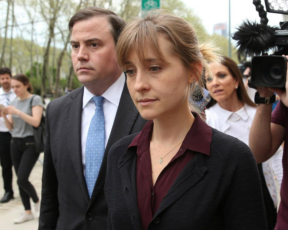 Эллисон Мэк идет на заседание суда / Фото: Getty Images