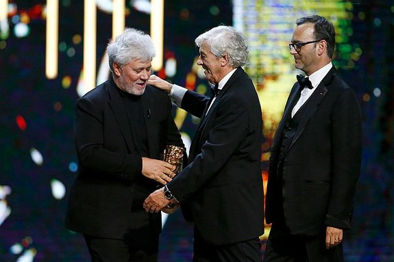Педро Альмодовар вручает премию Полу Верховену / Фото: Getty Images