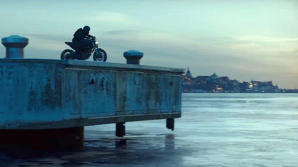 В реальности дублерша вылетает на мотоцикле в воду