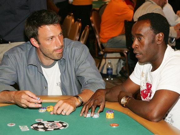 Бен Аффлек и Дон Чидл на турнире по покеру в Лас-Вегасе / Фото: Getty Images