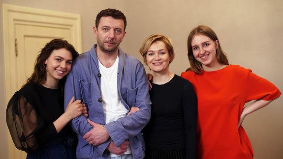 Таисия Вилкова, Алексей Агранович,Полина Виторган и Виктория Толстоганова на съемках фильма «Выше неба»