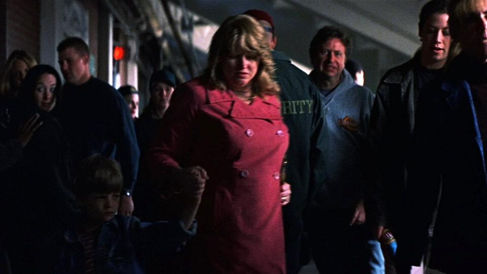 В «Неуязвимом» Кевин Крамб тоже появляется. Вот он, маленький, пришел на стадион со своей ужасной мамой