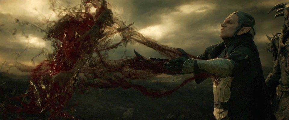 Темный эльф Малекит поглощает силу Эфира в фильме «Тор2: Царство тьмы»