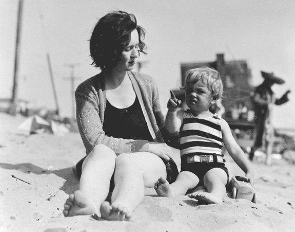 В три года с мамой Глэдис Перл Бейкер на пляже, 1929