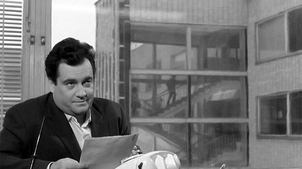 Эльдар Рязанов в роли главного редактора газеты в фильме «Дайте жалобную книгу» (1965)
