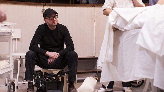 Перебежчик: Стивен Содерберг насъемках сериала «Больница Никербокер»